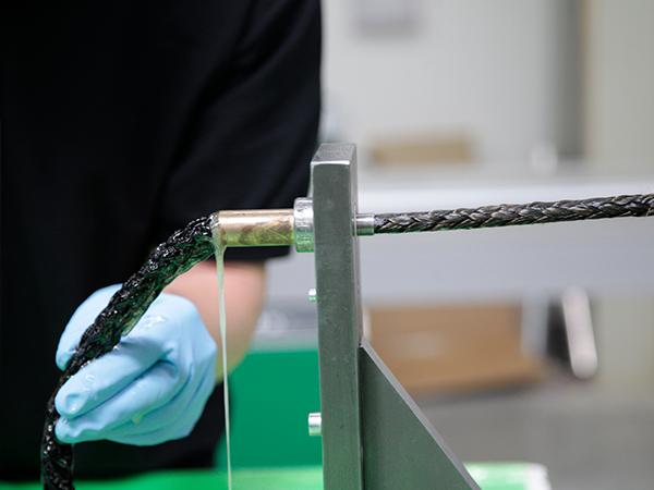 CG TEC Mitarbeiter testet Fasern