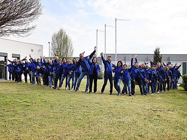 Das Team der CG TEC vor Firmengebäude in Spalt